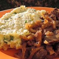 Ficat cu ceapa caramelizata si piure de cartofi cu verdeata