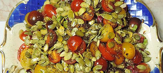 Salata cu rosii si seminte de dovleac photo