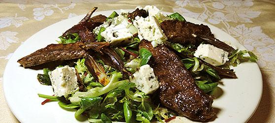 Salata calda cu vrabioara la gratar si branza albastra photo