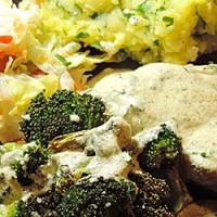 Piept de pui cu sos de lamaie si broccoli copt