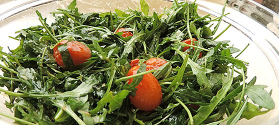 Salata de rucola si busuioc cu rosii coapte photo