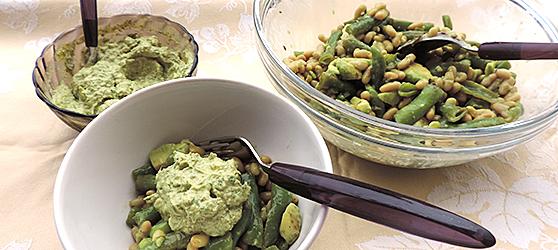 Salata de boabe cu avocado si sos verde photo