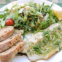 Pastrav la gratar cu salata si dressing de ierburi