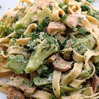 Tagliatelle Alfredo cu broccoli si pui
